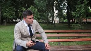 парень ждет девушку на свидание