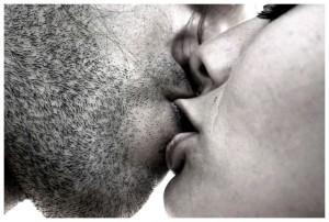 парень и девушка страстно целуются