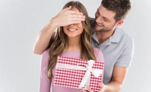 парень делает девушке сюрприз