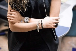 браслет пандора у девушки на запястье