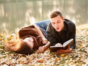 парень и девушка проводят свидание на природе