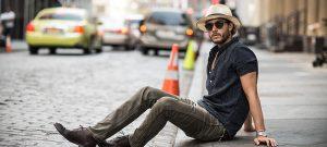 стильный мужчина позирует на улице