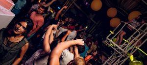 devushki tantsuyut v klube