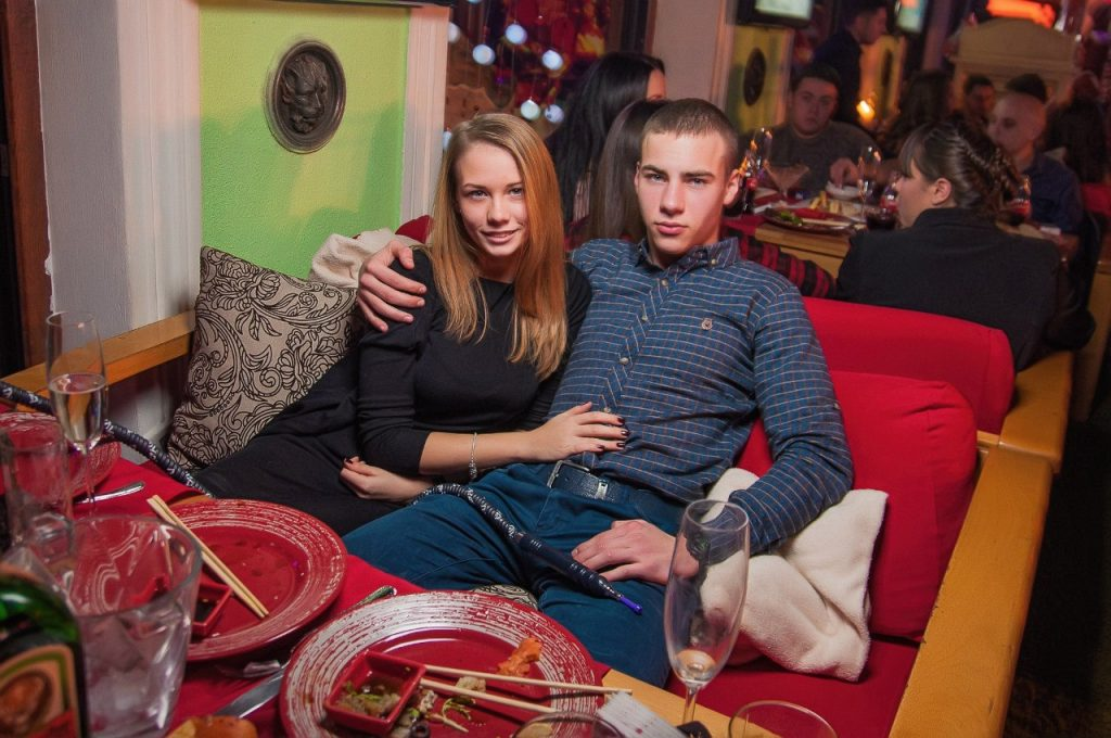 mesto dlia svidaniya s devushkoi v kafe