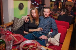 парень с девушкой проводят свидание