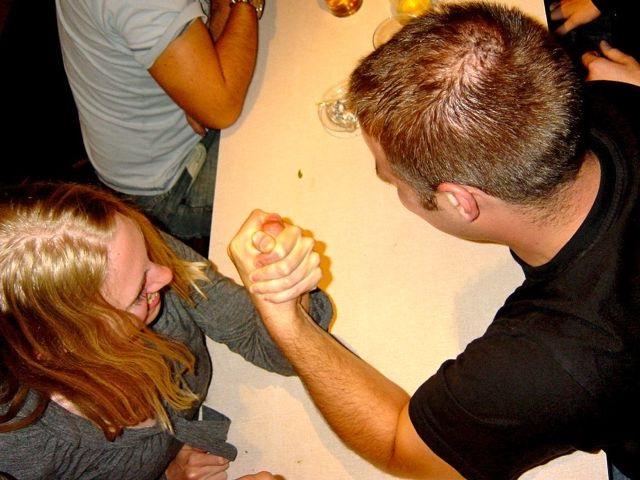 парень и девушка меряются силами