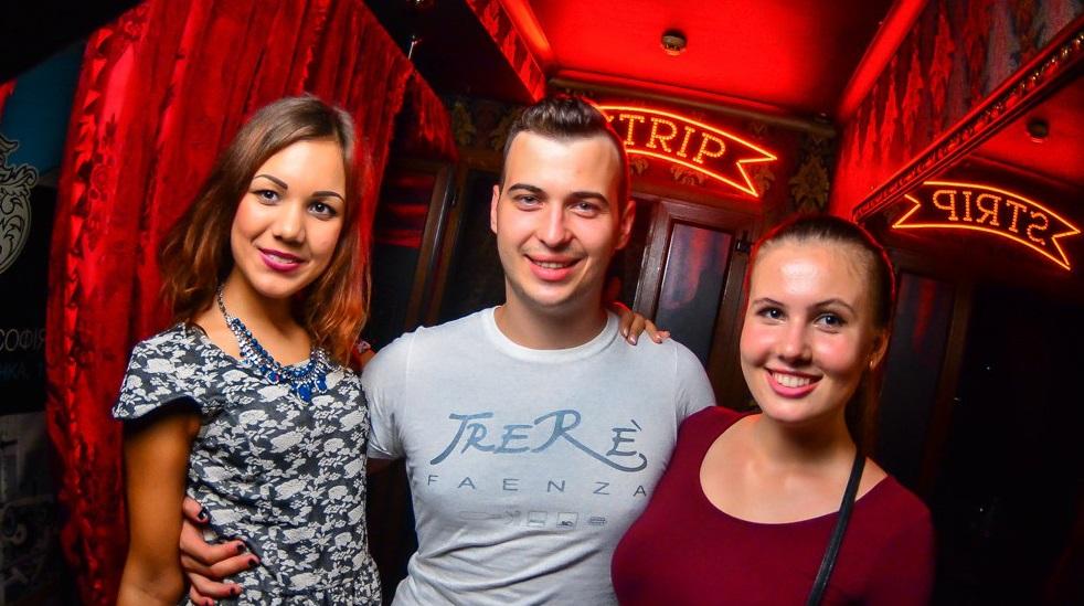 парень и красивые девушки в клубе