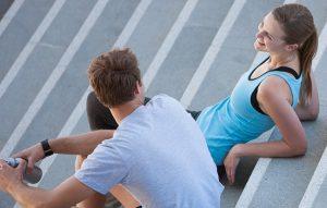 парень знакомится с девушкой на улице