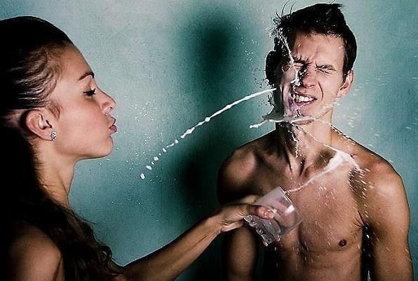 девушка обливает парня водой