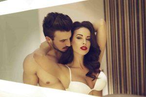 мужчина страстно обнимает возлюбленную