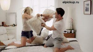парень и девушка дерутся подушками