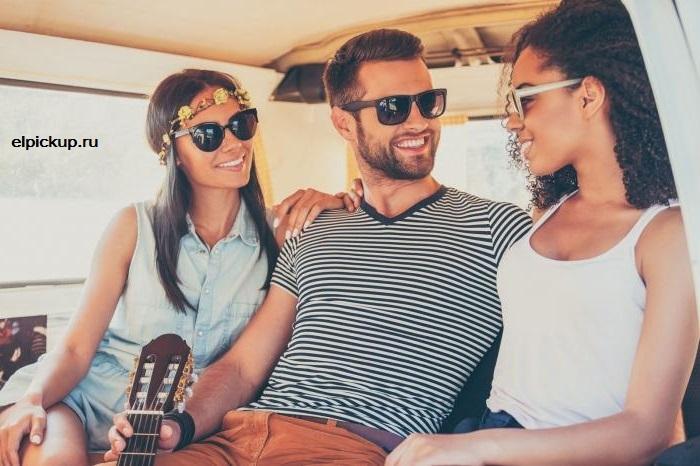 парень с двумя девушками в машине