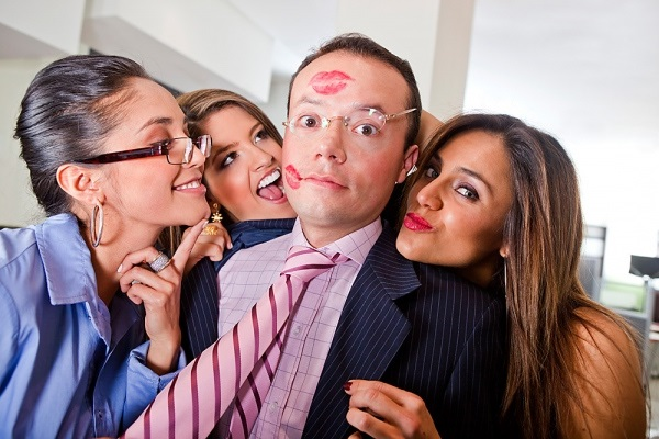 парень со следами поцелуев девушек