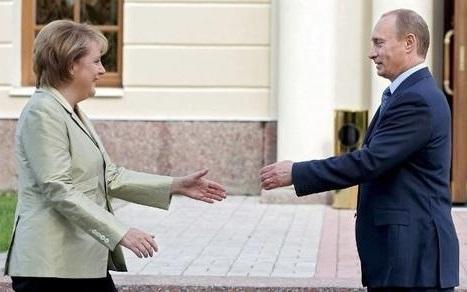 Путин жмет руку Меркель