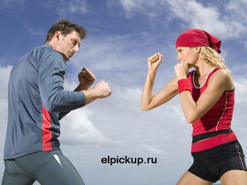 парень дерется с девушкой