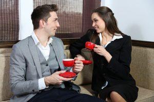 парень общается с девушкой за чашкой кофе