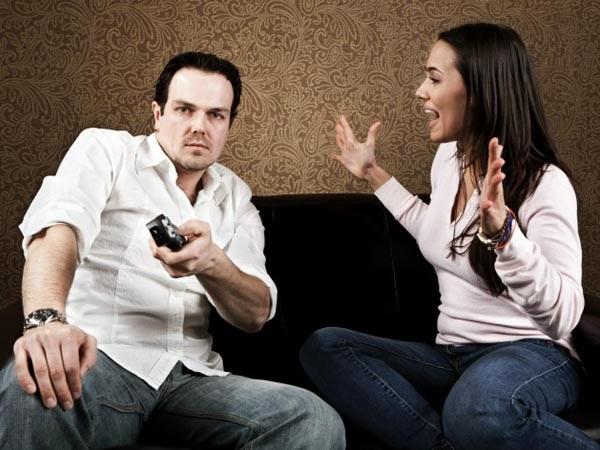 муж-подкаблучник слушает женщину