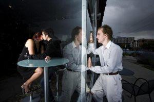 парень наблюдает за своей девушкой в кафе с любовником