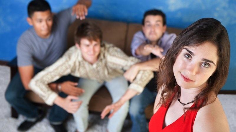 девушка в окружении парней