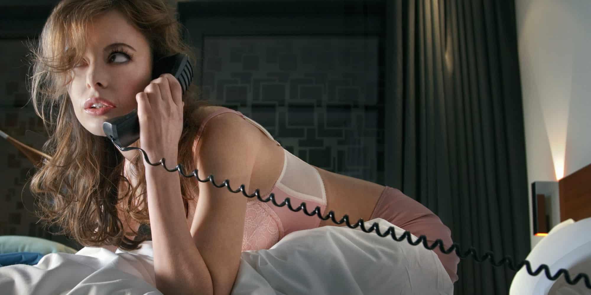 говорит по телефону и трахается