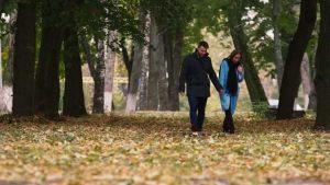 Романтическая прогулка с девушкой в парке