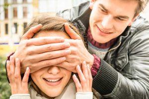 Парень закрыл глаза девушке и хочет ее удивить