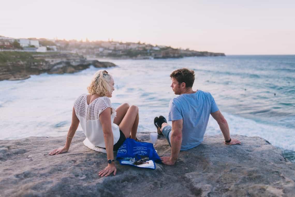 Влюбленные парень и девушка на берегу моря