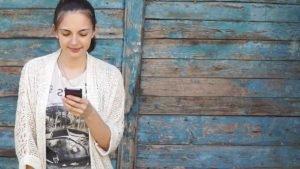 Девушка читает смс призание