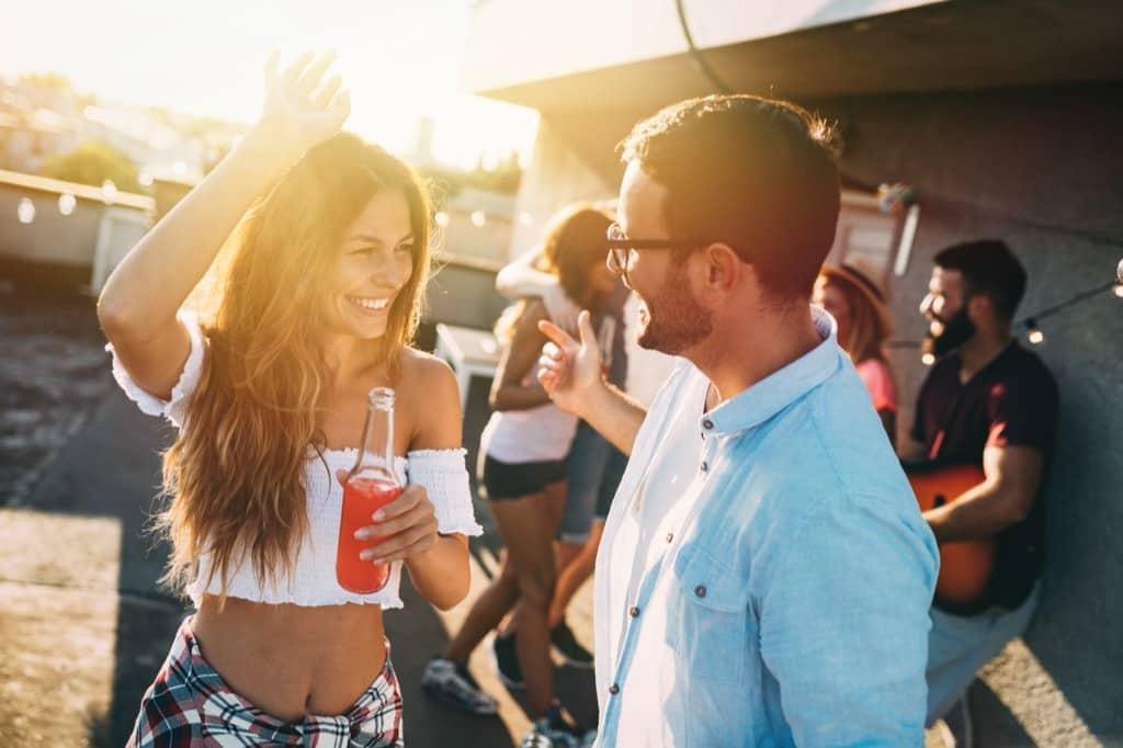 Парень знакомится с девушкой на вечеринке